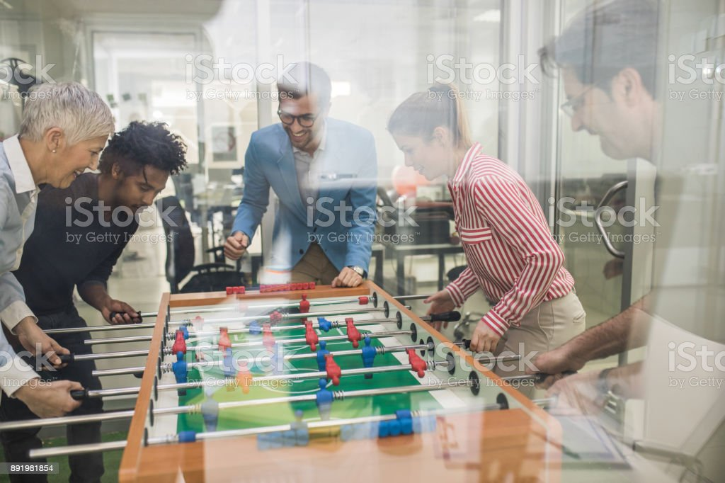 Team der glückliche Unternehmer Spaß auf eine Pause beim Tischfußball spielen. - Lizenzfrei Afro-amerikanischer Herkunft Stock-Foto