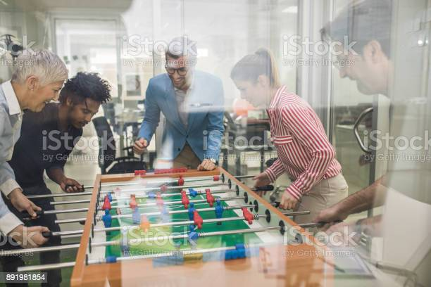 Team Der Glückliche Unternehmer Spaß Auf Eine Pause Beim Tischfußball Spielen Stockfoto und mehr Bilder von Afro-amerikanischer Herkunft