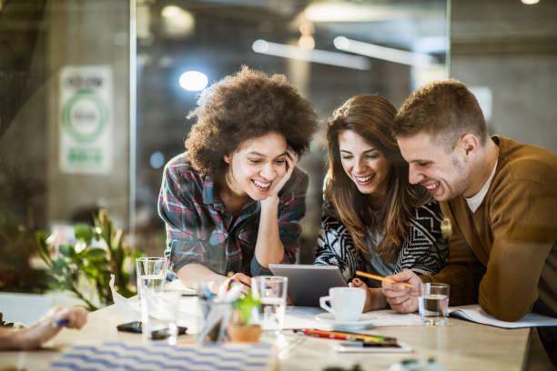 Team von glücklichen Freiberuflern mit digitalem Tablet im Büro. – Foto