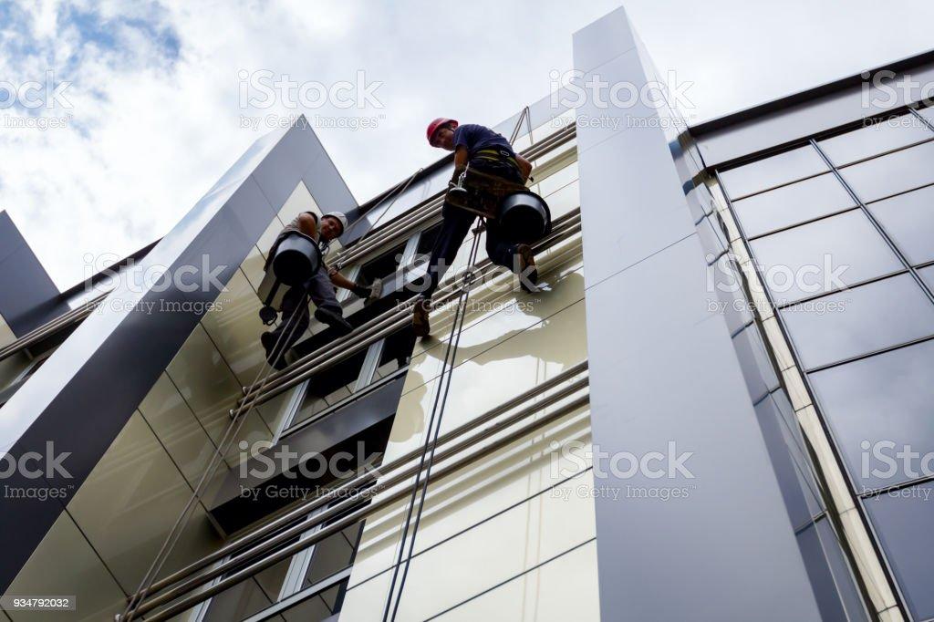 팀의 직장에서 산업 등산, 그들은 건물 외관을 씻는. - 로열티 프리 2명 스톡 사진