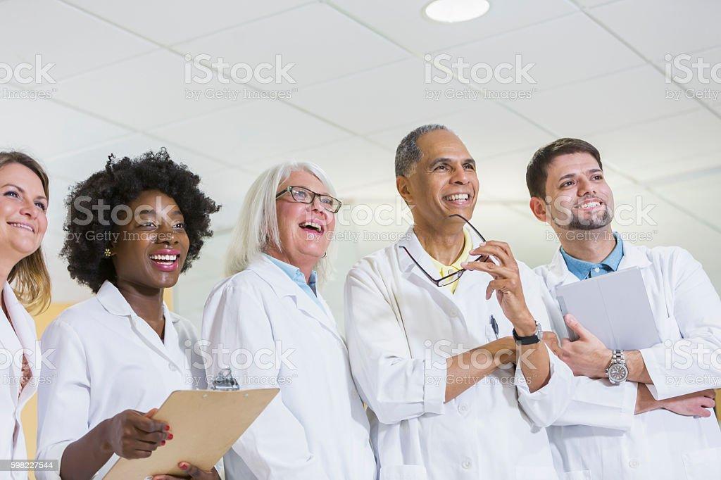 multi-étnica equipe de médicos e enfermeiros foto royalty-free