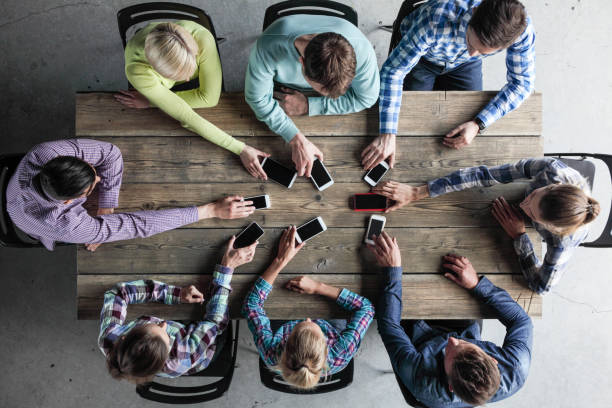Team von Menschen setzen Smartphones zu Tisch – Foto