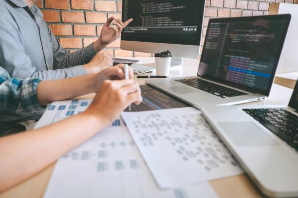 웹 사이트의 전문 개발자 프로그래머 협력 회의 및 브레인 스토밍 및 프로그래밍 팀 소프트웨어 및 코딩 기술, 작성 코드 및 데이터베이스 - 개발 뉴스 사진 이미지
