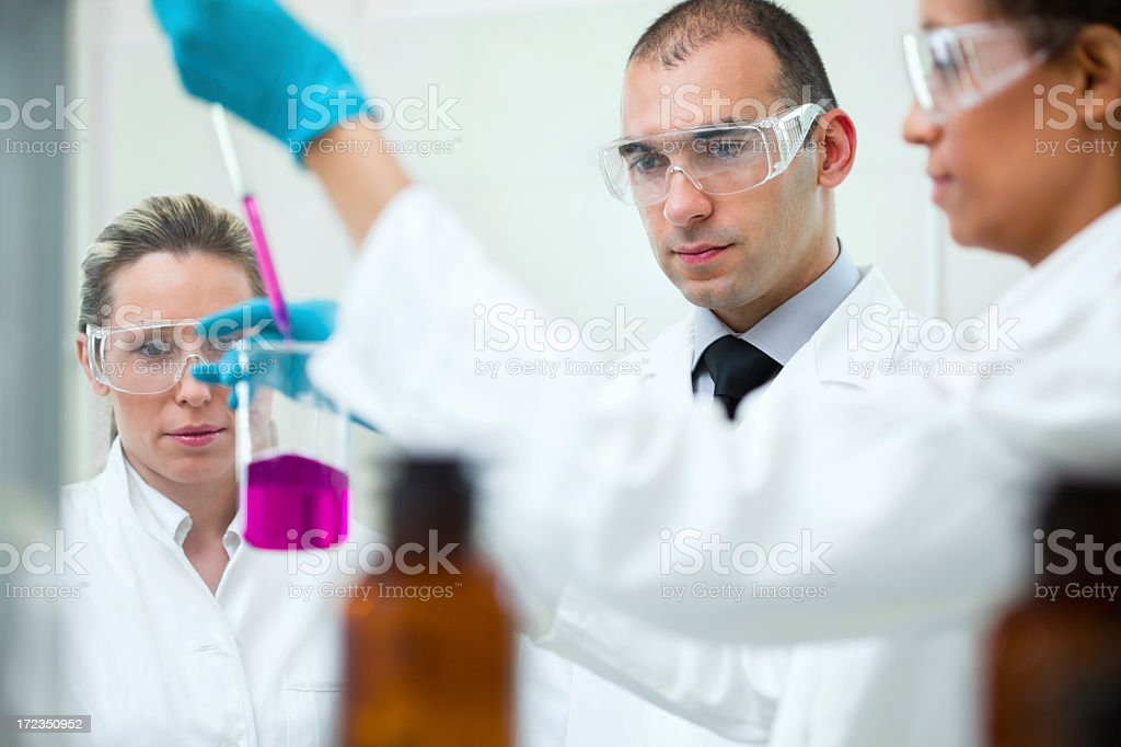 Equipo de científicos en un laboratorio foto de stock libre de derechos