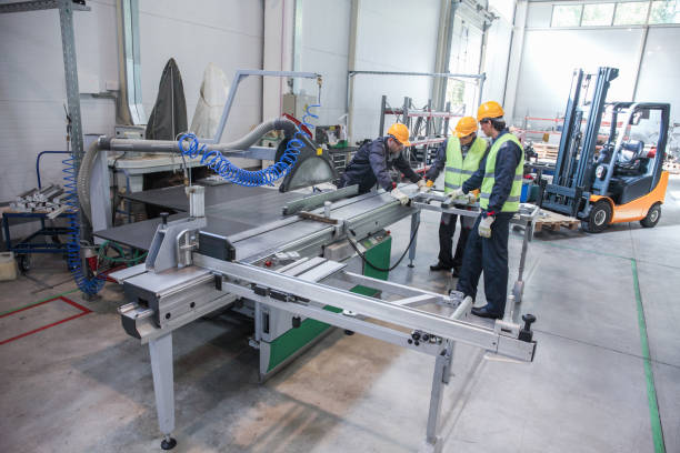 Team von Mitarbeitern in CNC-Fabrik – Foto