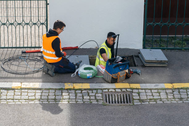 team of workers working on implementation of fiber optic cables in sewage system - en fibre photos et images de collection