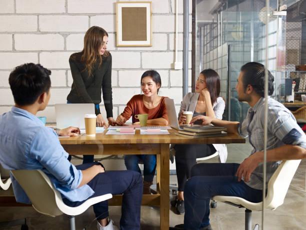 青年企業家小組在辦公室開會 - 小型辦公室 個照片及圖片檔