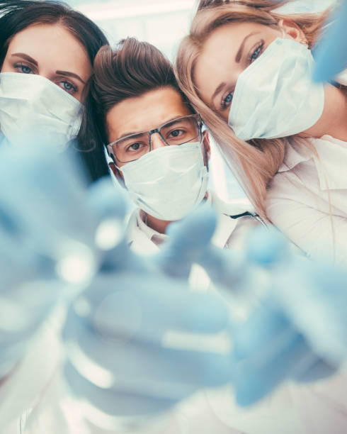 Teamchirurgen führen eine Operation mit medizinischen Instrumenten in einem modernen Operationssaal, – Foto