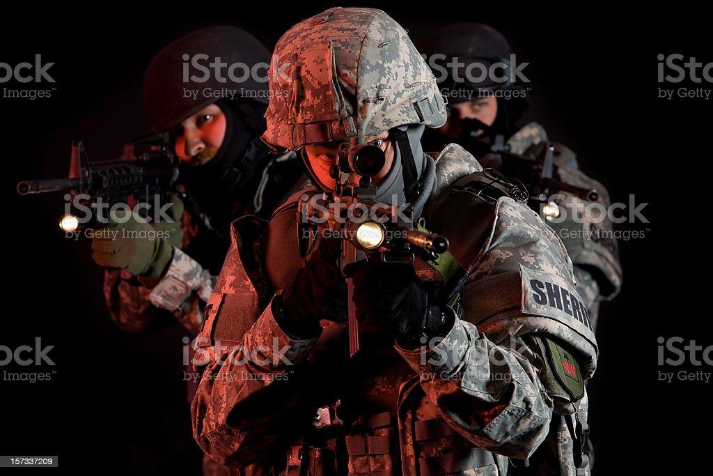 SWAT Team unter Decke der Dunkelheit Lizenzfreies stock-foto