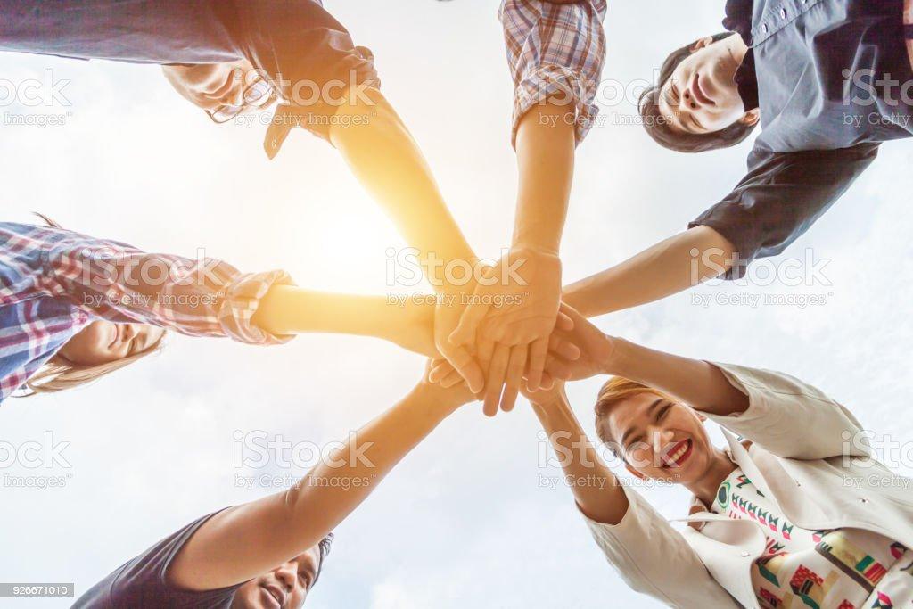 Team-Work-Konzept. Geschäftsleute, die sich die Hand. Teamarbeit-Konzept, Business Team stehen Hände zusammen in der Loft office.people Erfolg geschäftlich Zusammenarbeit verbinden, gewinnen in jedem Ding, Vintage Farbe – Foto