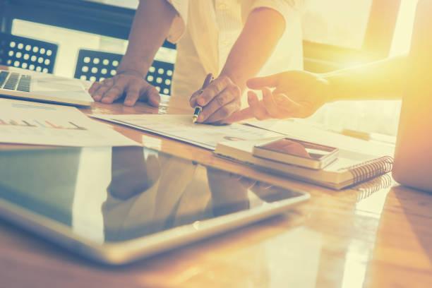 Team-Work-Konzept, Teambesprechung, Mann und Frau, die im Büro arbeiten. kollaborative Teamarbeit. Projekt Manager meeting.business Mannschaft arbeitet mit neuen Start. Plans.selective Fokus, Vintage Farbe zu analysieren – Foto