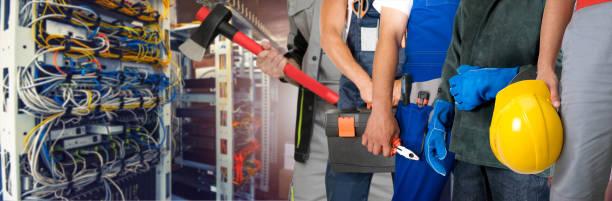 Mitarbeiter mit Ausrüstung im Datenserver-Raum – Foto