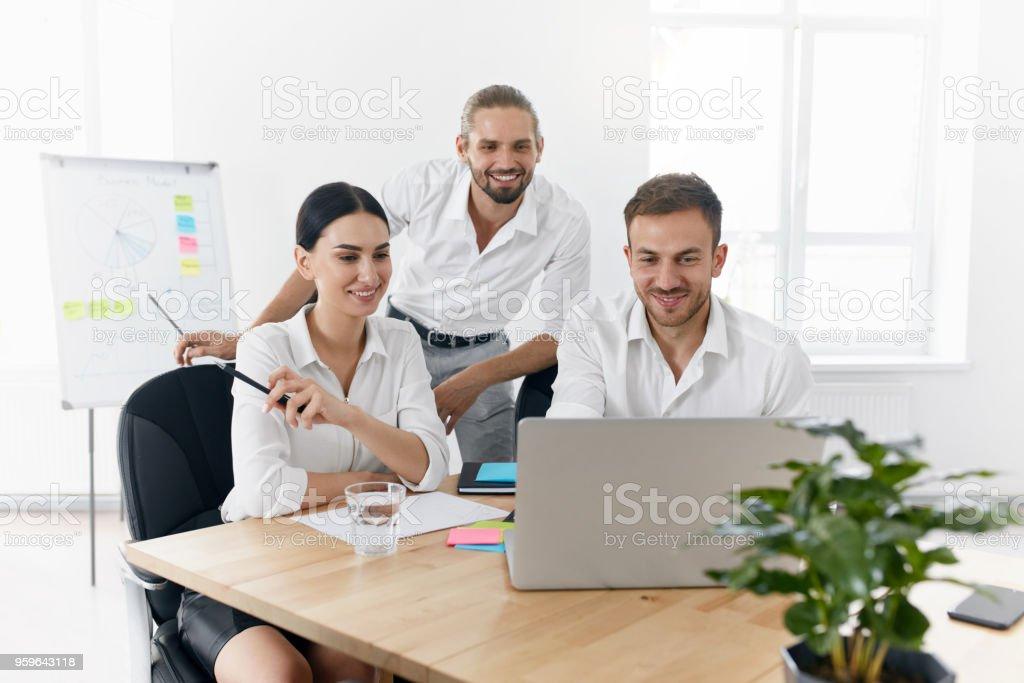 Equipo de trabajo en la oficina, mirando la computadora - Foto de stock de Adulto libre de derechos