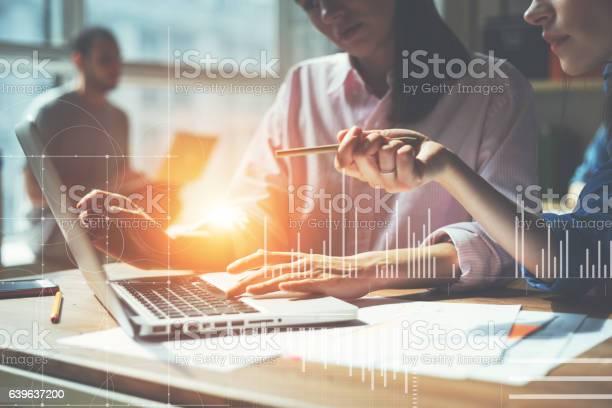 Team Working On A Project In Loft Office Stockfoto und mehr Bilder von Arbeiten