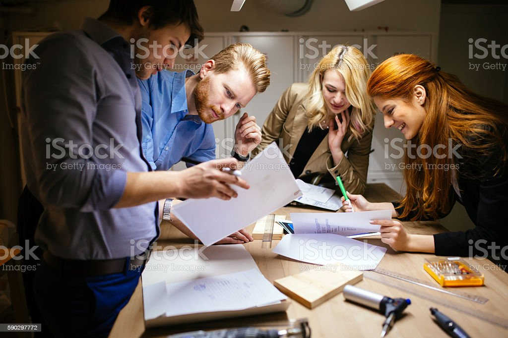 Команда Работая над проектом вместе Стоковые фото Стоковая фотография