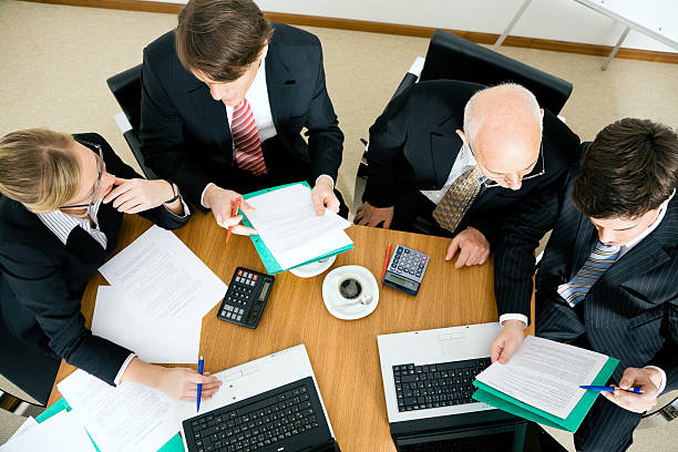 teamarbeit - four lawyers stockfoto's en -beelden