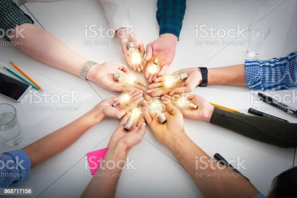 Lavoro Di Squadra E Concetto Di Brainstorming Con Uomini Daffari Che Condividono Unidea Con Una Lampada Concetto Di Startup - Fotografie stock e altre immagini di Innovazione