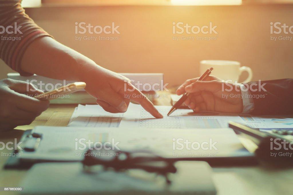 mujer de negocios de trabajo en equipo revisar informe de Finanzas en la oficina - foto de stock