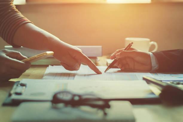 teamarbeit-geschäftsfrau überprüfung finanzbericht im büro - buchprüfung stock-fotos und bilder