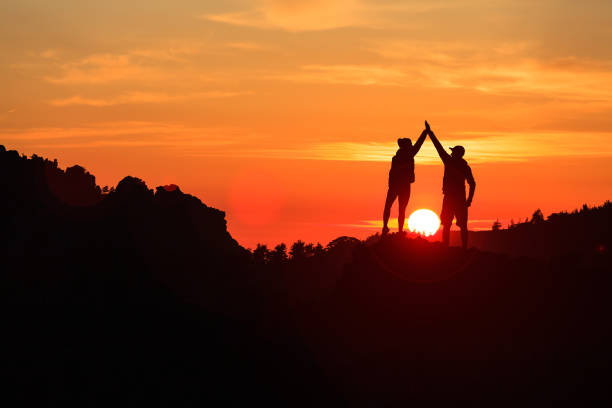 couple de travail d'équipe pour célébrer en inspirant coucher de soleil de montagnes - randonnée corse photos et images de collection