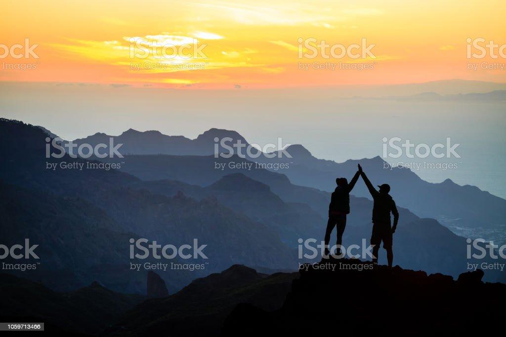 Teamarbeit paar Klettern helfende hand – Foto