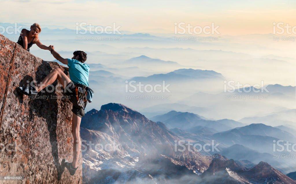 Teamarbeit-paar helfende Hand Vertrauen inspirierende Berge – Foto