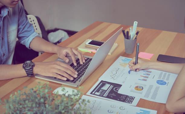 teamarbeit hilft uns, die besten informationen auswählen. um für kunden für erfolgreiche arbeit. arbeit qualitätskonzept, vintage-effekt. - target raumgestaltung stock-fotos und bilder