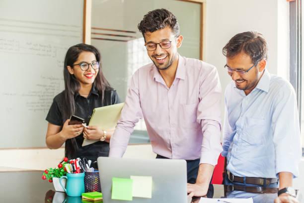 Teamarbeit im indischen Büro – Foto