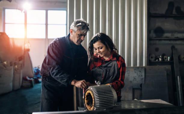 Teamwork in repair shop – Foto