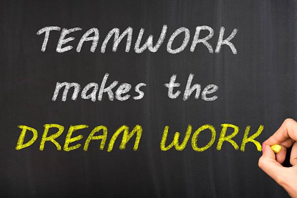 teamarbeit macht den traum arbeiten - kreidetafel zitate stock-fotos und bilder