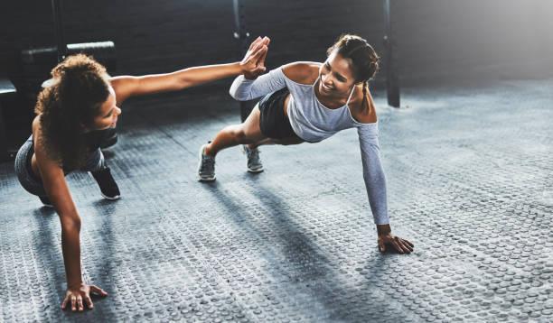 teamarbeit macht das workout arbeiten - fitness herausforderung stock-fotos und bilder