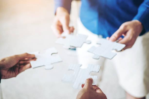 teamwork-meeting business jigsaw puzzle lösung zusammen konzept - dinge die zusammenpassen stock-fotos und bilder