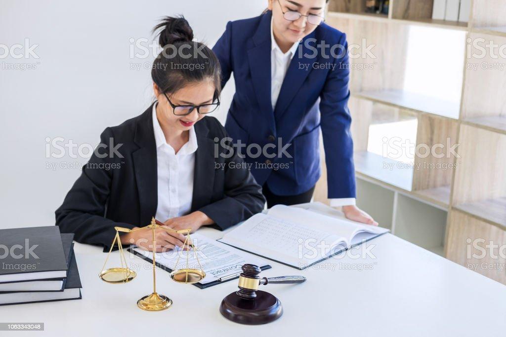 Trabajo En Equipo De Compañeros De Trabajo Abogado Consulta Y Conferencia  De Profesionales Abogadas Trabajando En Despacho En Oficina Conceptos De La  Ley Juez Martillo Foto Con Balanza De La Justicia Foto