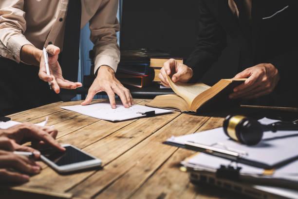zusammenarbeit von unternehmen anwalt treffen fleißig über rechtliche regislation im gerichtssaal, ihre kunden zu helfen. - rechtsassistent stock-fotos und bilder