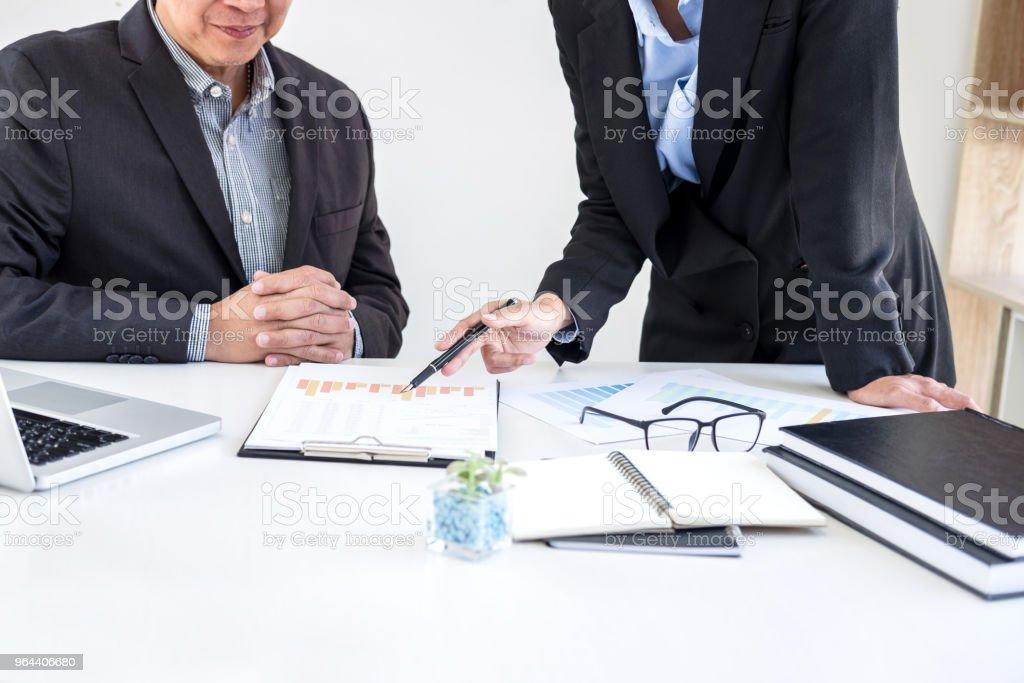 Processo de trabalho em equipe, parceiros de colegas de negócios conhecer e discutir financeira e estratégia de negócios - Foto de stock de Adulto royalty-free