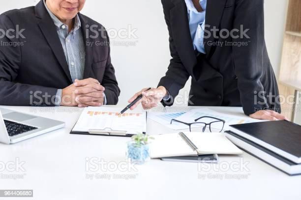 Foto de Processo De Trabalho Em Equipe Parceiros De Colegas De Negócios Conhecer E Discutir Financeira E Estratégia De Negócios e mais fotos de stock de Adulto