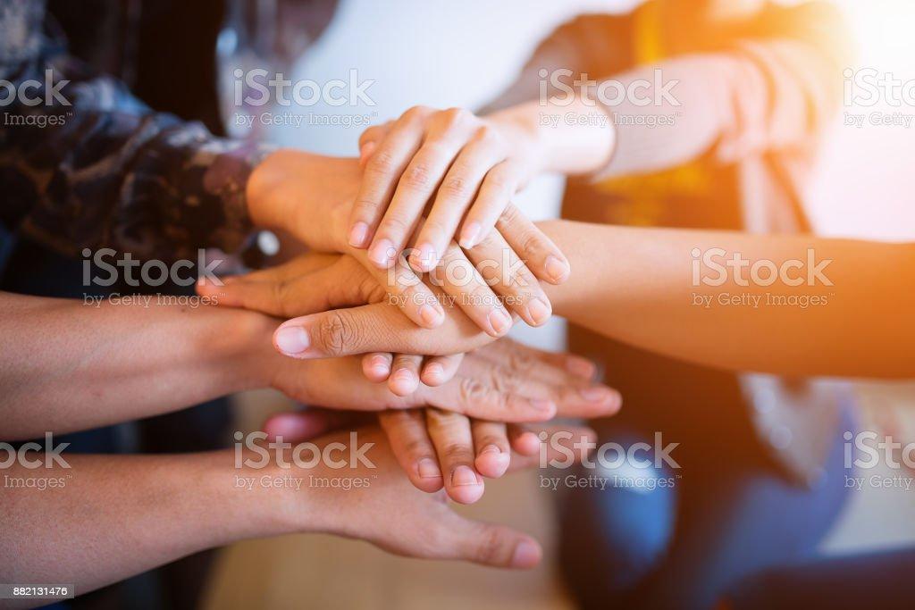 Teamarbeit, die ihre Hände. – Foto