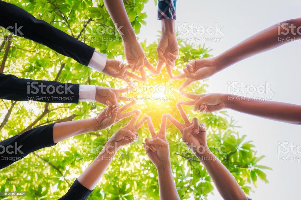 Teamarbeit, legte ihre Hände zusammen. – Foto