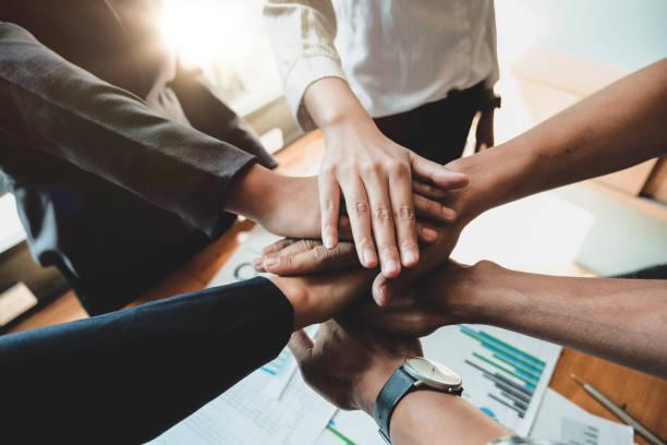 Teamwork-Erfolg.  Business-Team-Team glücklich zeigen Teamarbeit und die Hände nach Treffen Partner-Business im Büro. Geschäftskonzept – Foto