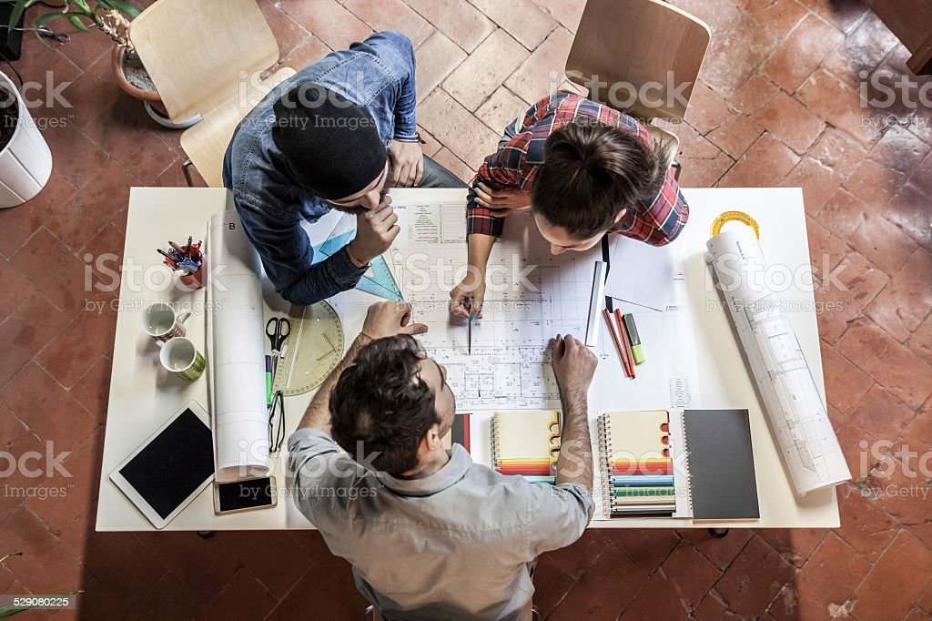 Teamarbeit. Drei Jungen Architekten arbeitet an einem Projekt – Foto