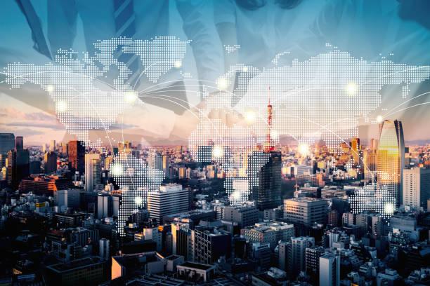 lavoro di squadra con la tecnologia della mappa della terra astratta a tokyo - mercato luogo per il commercio foto e immagini stock