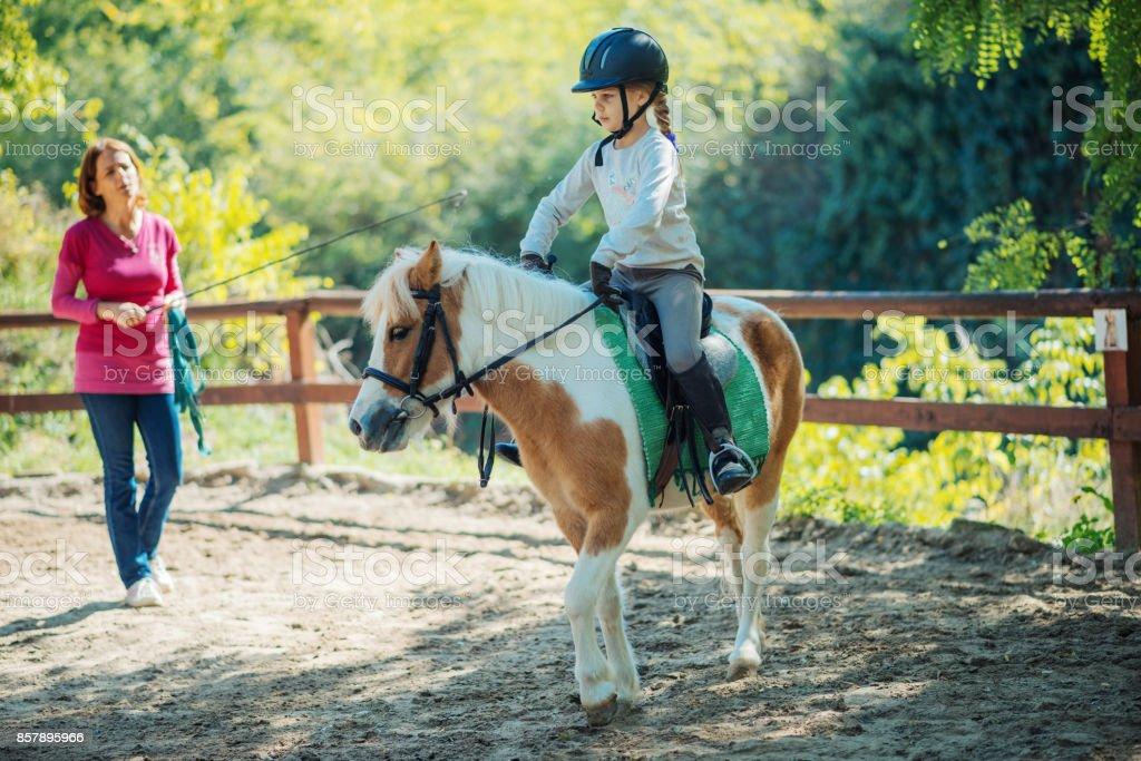 Teamarbeit mit Kinder und Pferde in der Reitschule – Foto