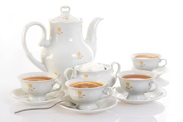 Teekanne und vier Teetassen. – Foto
