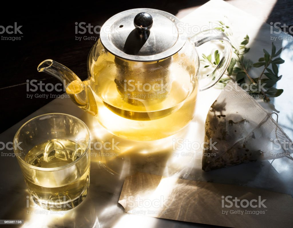 Teapot with healthy green tea - Стоковые фото Антиоксидант роялти-фри