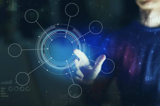 cercle de tech avec le pointage de jeune homme - écran tactile photos et images de collection