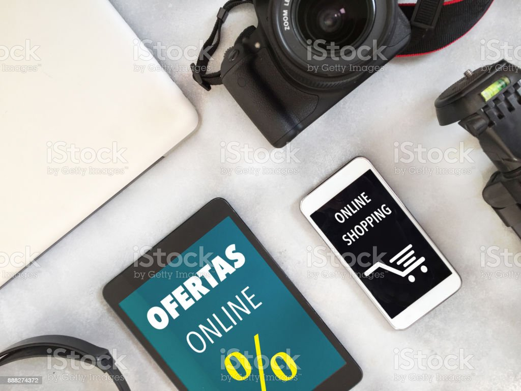Tech items display and online offers text in Spanish on devices stock photo