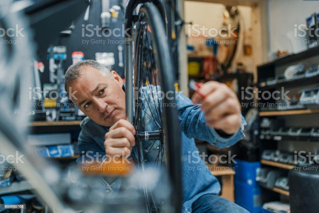 Técnicos, teniendo cuidado de tienda de bicicletas - foto de stock