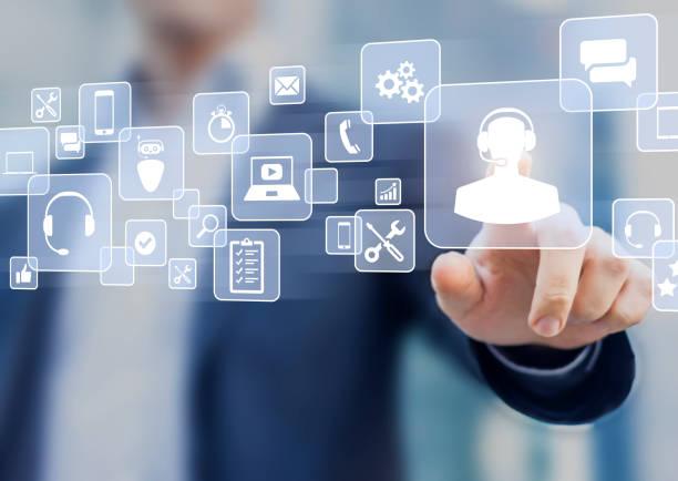 koncepcja pomocy technicznej, osoba biznesowa dotykająca ikony helpdesk na ekranie, usługa pomocy na infolinii dostępna przez telefon, czat, e-mail lub online w celu rozwiązania incydentu za pomocą oprogramowania komputerowego, smartfona - obsługa zdjęcia i obrazy z banku zdjęć