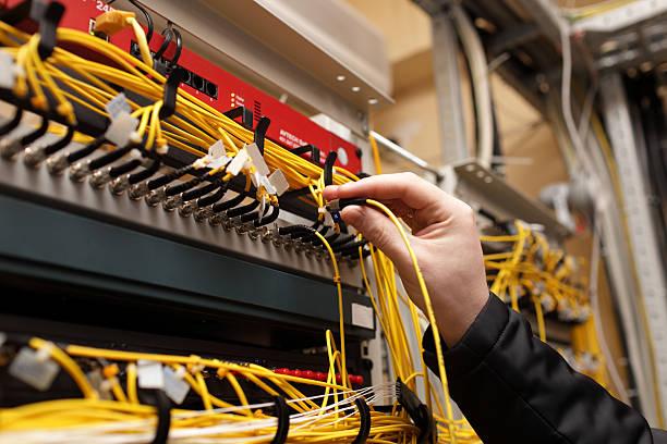 Técnico conexión de fibra óptica - foto de stock