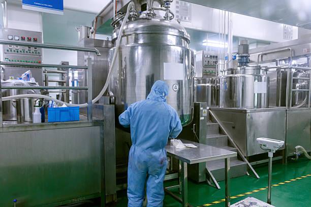 Techniker-Herstellung Ausstattung und Reaktoren in Apotheke factory – Foto